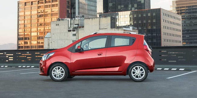 Chevrolet Beat Hatchback 2020, en color rojo granada incluye defensas, manijas y espejos laterales al color de la carrocería