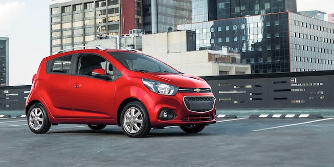 Chevrolet Beat HB, en color rojo granada